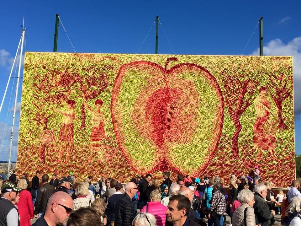Till torsdag den 15 oktober kan du uppleva årets Äppeltavla i Kiviks Hamn. Välkommen!